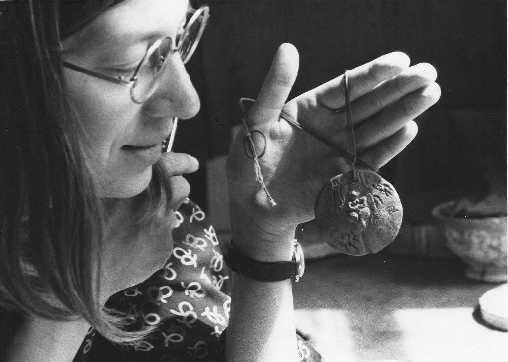 Marita Norin 1975 under arbetet med medaljen för kvinnoåret.